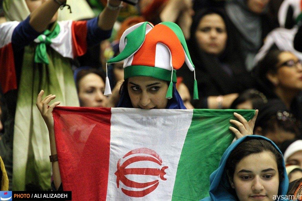 ایرانیات یشاهدن مباراة رياضية