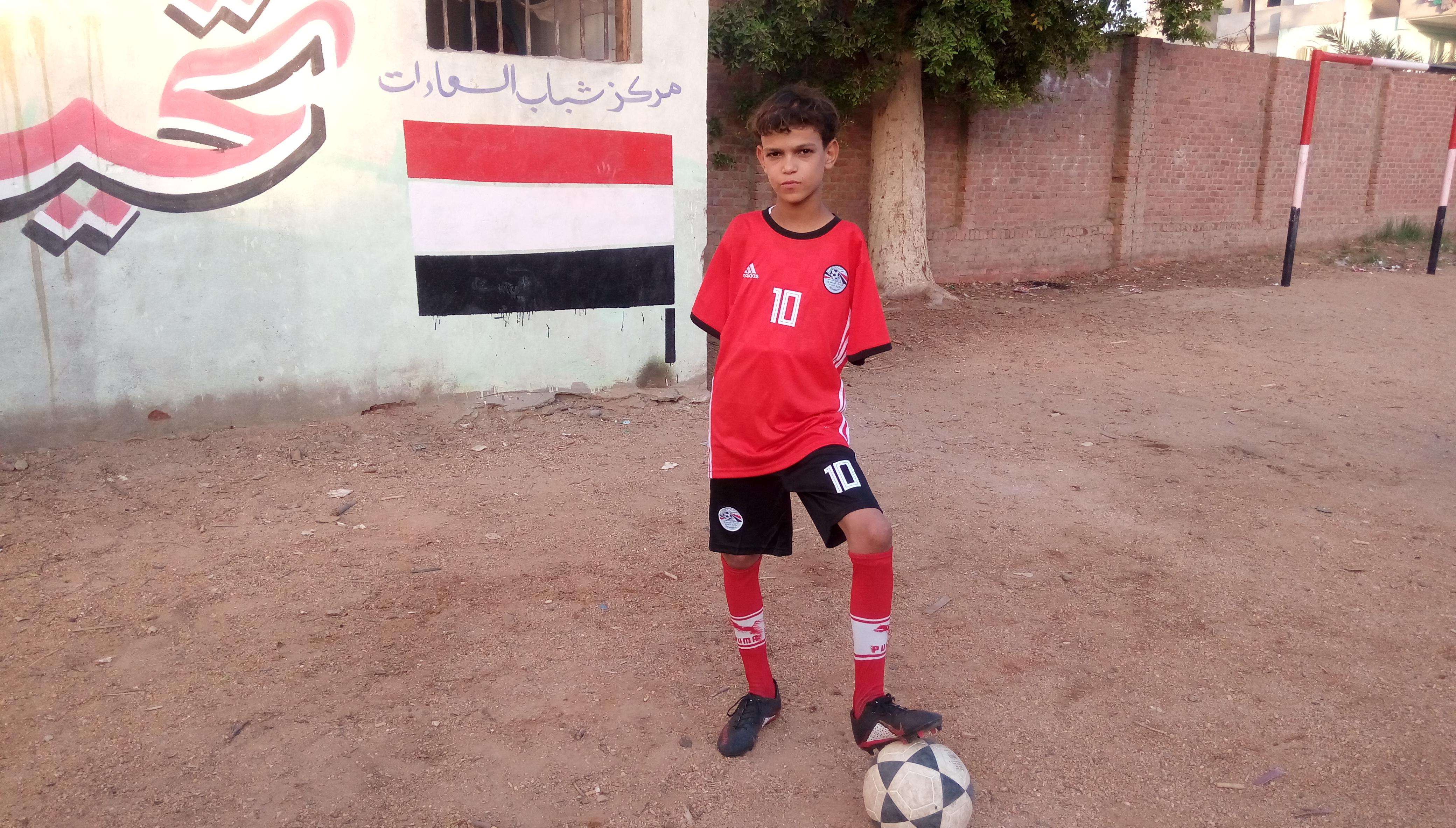 طفل هزم فقدان ذراعيه باحتراف كرة القدم فى الشرقية (3)
