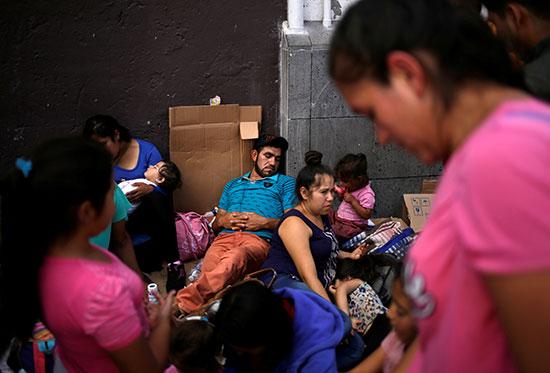 مواطنون مكسيكيون يفترشون الارض انتظارا للعبور لامريكا