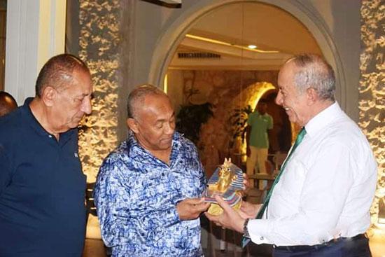 محافظ-البحر-الاحمر-مع-رجل-الاعمال-كامل-ابو-على-ورئيس-الاتحاد-الافريقى