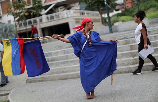 متظاهرة بالجلبات تحمل علم فنزويلا