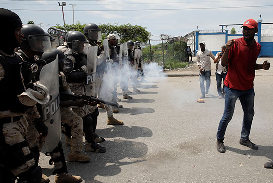 ضابط الشرطة الوطنية الهايتية يطلقون الغاز المسيل للدموع أثناء المظاهرة