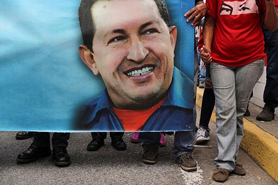 متظاهرون يحملون صورة كبيرة لمادورو