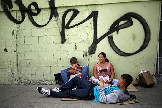 مكسيكيون ومعهم اطفالهم ينتظرون العبور لامريكا