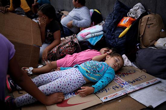 الاطفال ينامون على جسر عبور الحدود لامريكا