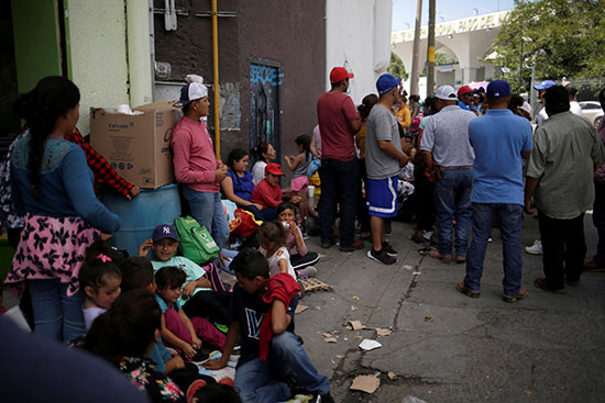 مواطنون مكسيكيون يصطفون للعبور إلى الولايات المتحدة