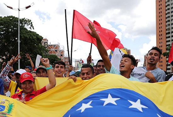 أنصار مادورو يرفعون علم فنزويلا