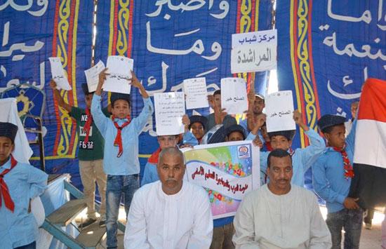 5 اطفال يرفعون لافتات الصلح خير