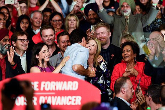 جاستن ترودو يصافح إحدى الحضور فى حملته الانتخابية