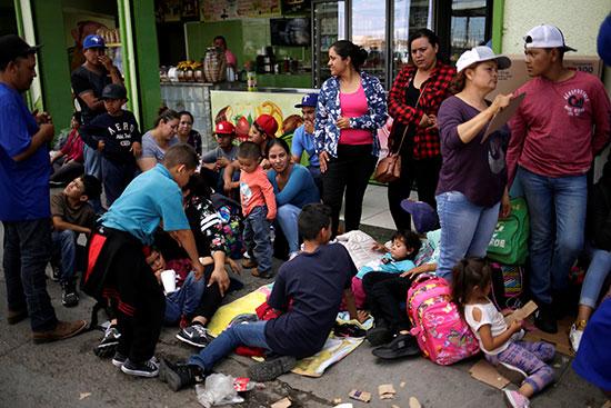 مكسيكيون ينتظرون العبور لامريكا