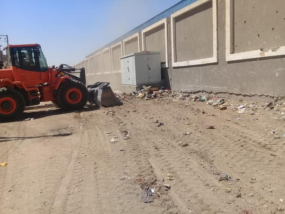 رفع 12 طن قمامة ومخلفات ترابية فى حملة نظافة شرق الأقصر (1)