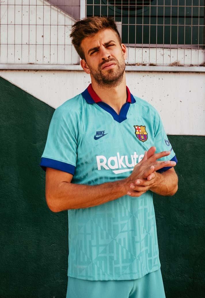 بيكيه بالقميص الثالث لبرشلونة