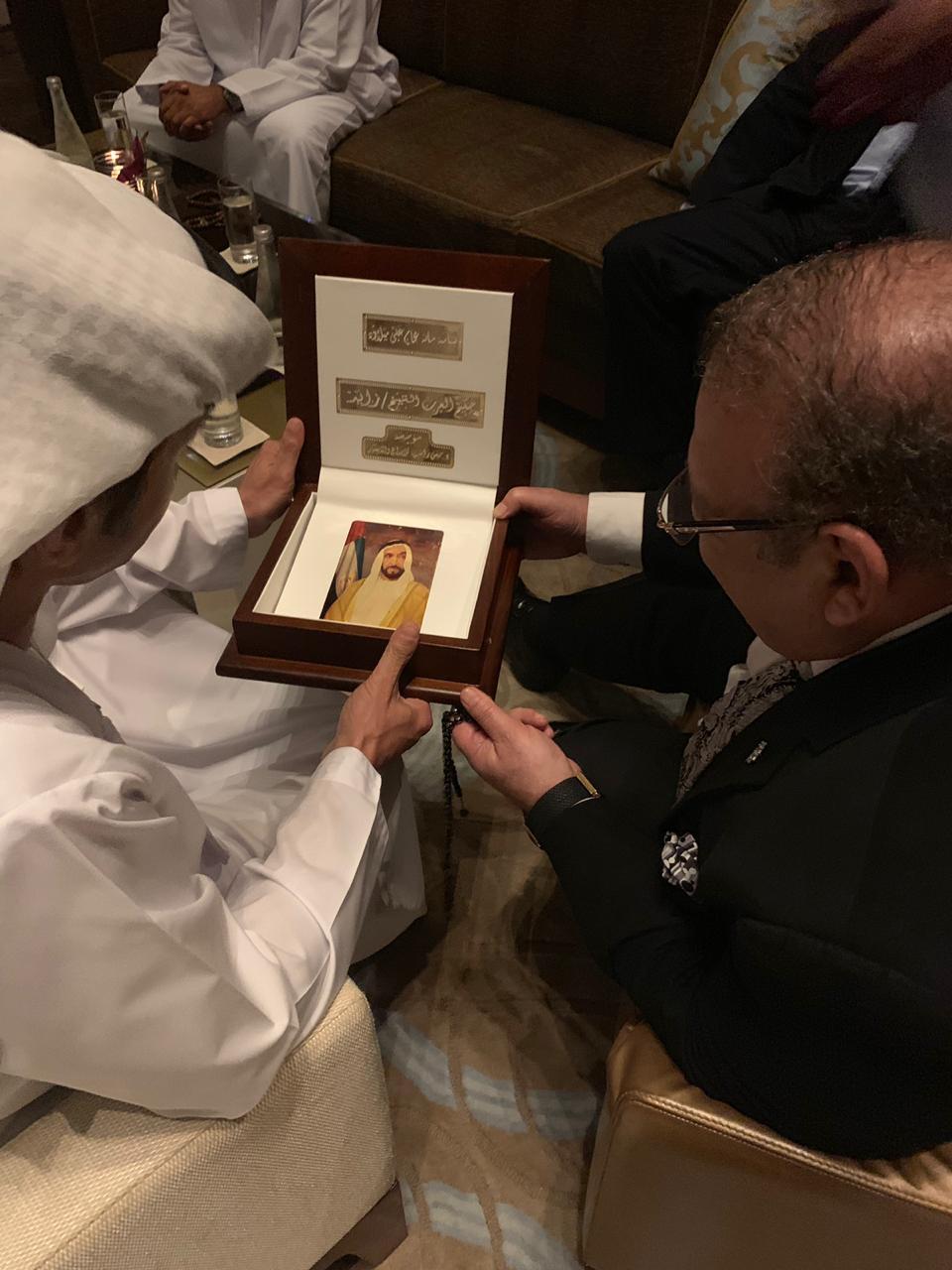 درع الحصان العربى الذهبى للدكتور حسن راتب لإسهامه فى اعداد موسوعة حكيم العرب (2)