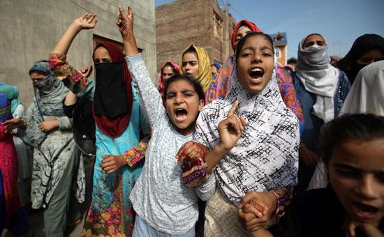 أطفال وسيدات يشاركن فى الاحتجاج