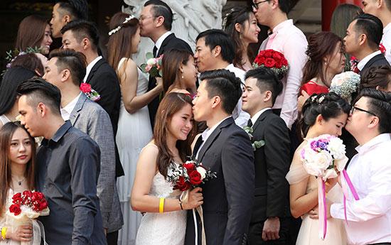 تبادل القبلات خلال حفل الزفاف الجماعى
