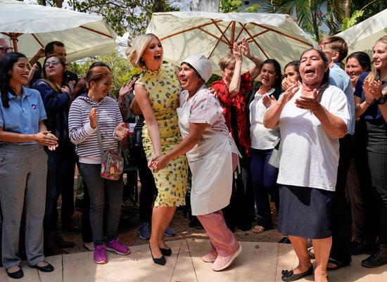 إيفانكا ترامب ترقص مع إحدى السيدات