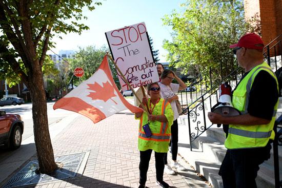 مواطنة-تحمل-لافتة-مناهضة-لترودو-وتتهمه-بالفساد