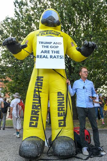بالون-ساخر-من-ترامب-ولافته-مناهضة-له-وللجمهوريين