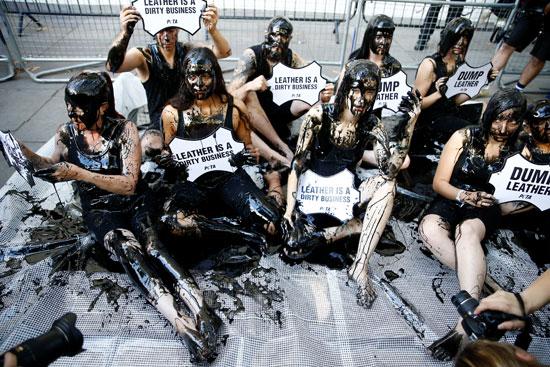 محتجو المناخ يفترشون سجادة من الدماء