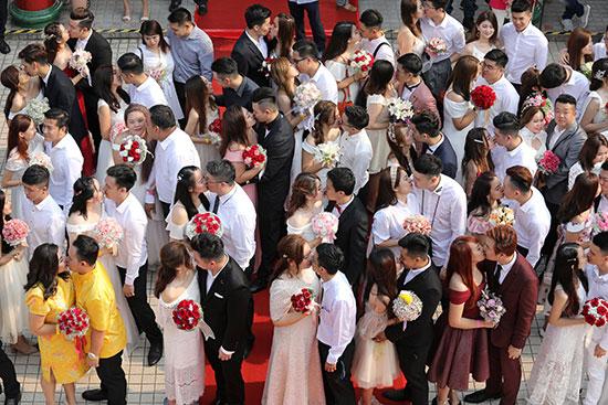 قبلات متبادلة بين الأزواج خلال الحفل