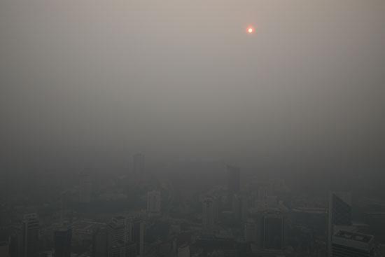 الدخان يغطى السماء