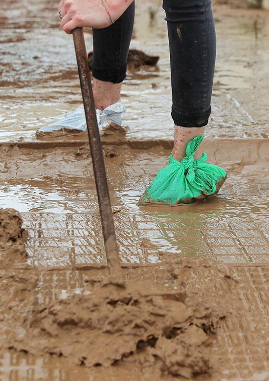 رفع اثار الفيضانات الناتجة عن الامطار الغزيرة