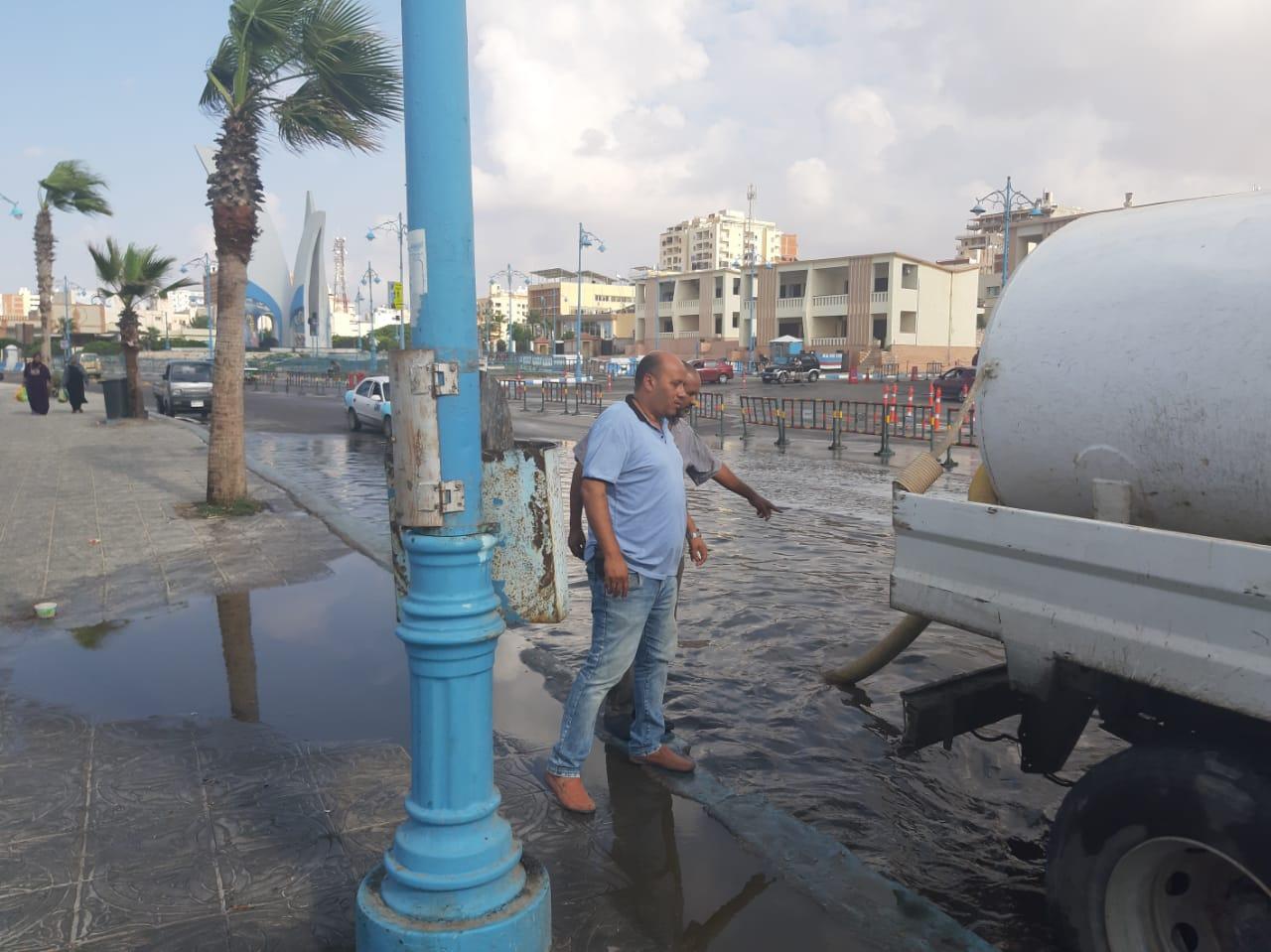 إزالة تجمعات مياه الأمطار من بعض شوارع مدينة مرسي مطروح  (3)
