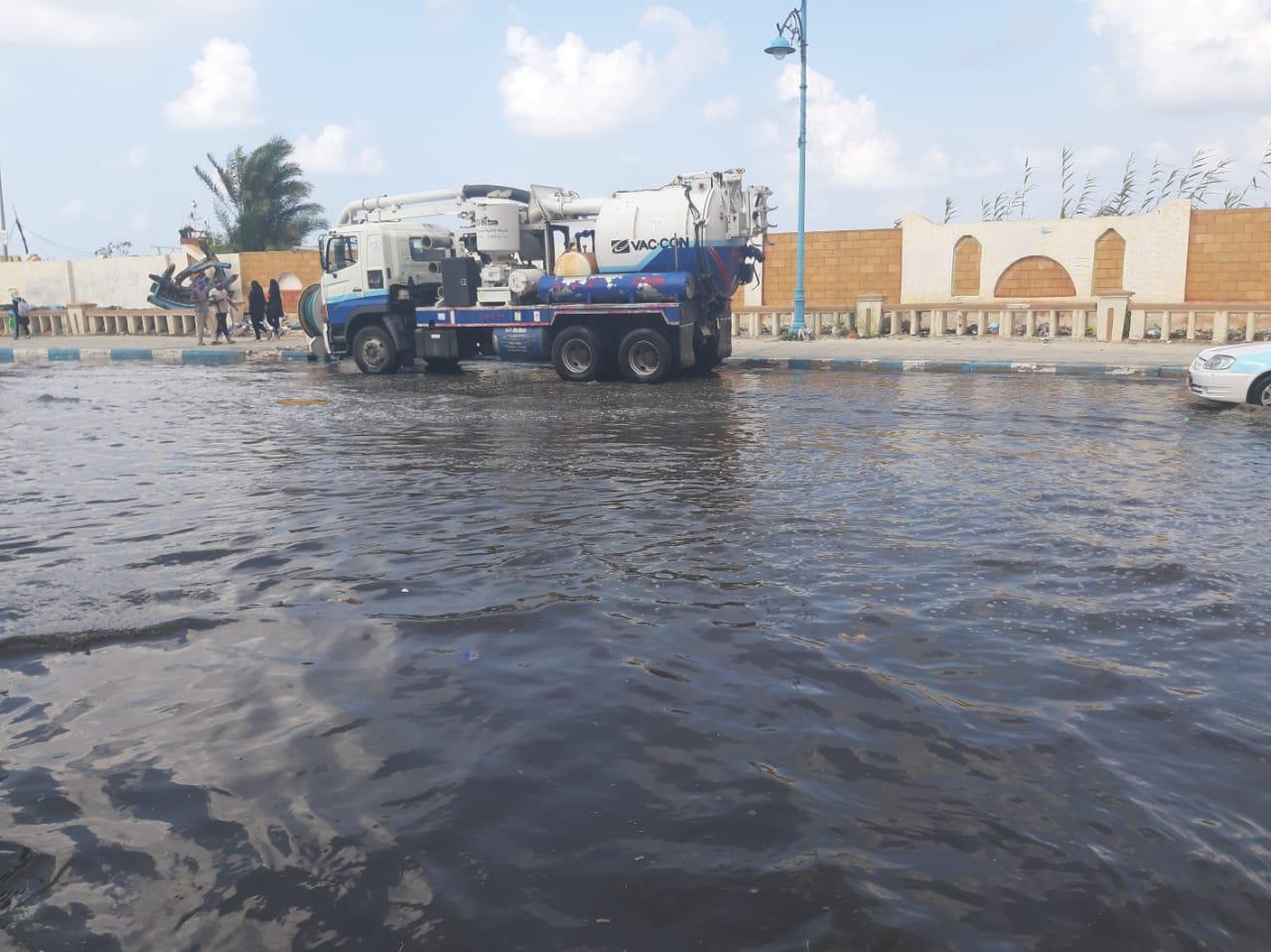 إزالة تجمعات مياه الأمطار من بعض شوارع مدينة مرسي مطروح  (1)