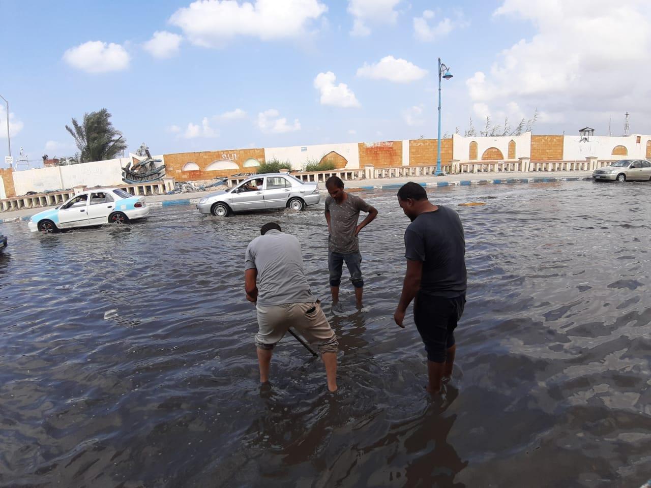 إزالة تجمعات مياه الأمطار من بعض شوارع مدينة مرسي مطروح  (5)