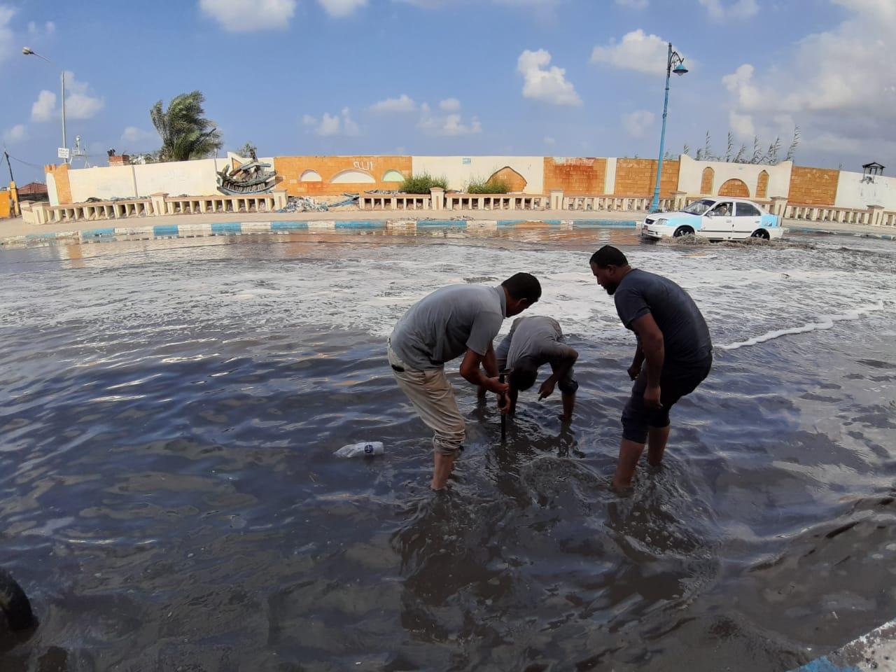 إزالة تجمعات مياه الأمطار من بعض شوارع مدينة مرسي مطروح  (6)