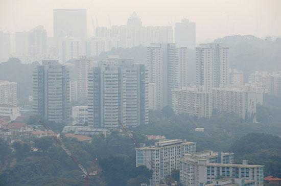 الدخان الكثيف يغطى المساكن