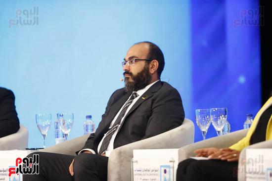 احد المتحدثين خلال المؤتمر