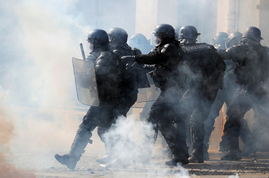 الشرطة الفرنسية تواجه المتظاهرين