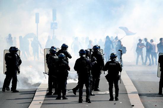 الشرطة تسعى لتفريق المتظاهرين