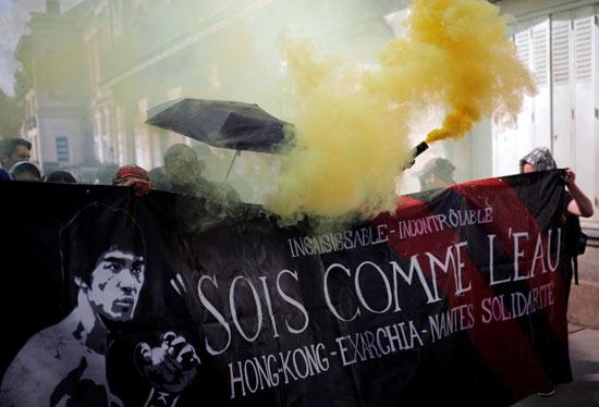 اشعال الشماريخ خلال المسيرة