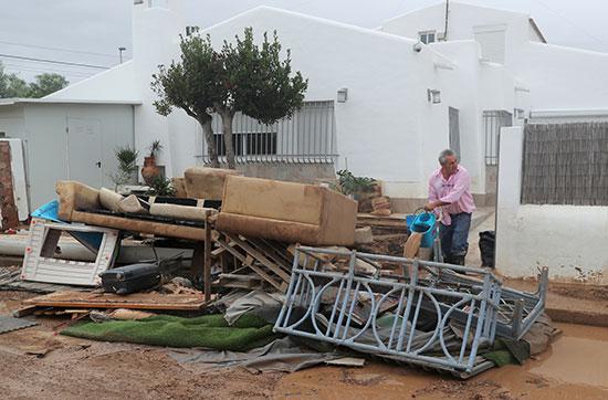 اثاث تالف يقع أمام منزل