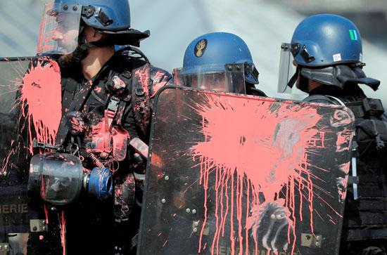 إطلاق قنابل ألوان على قوات الشرطة