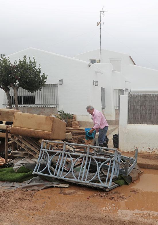 اثاث تالف نتج عن الفيضانات