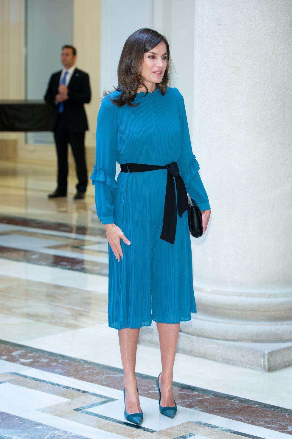 ملكة اسبانيا ترتدى فستان زهرى