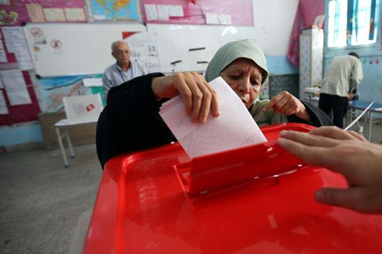 سيدة-تدلى-بصوتها-فى-الانتخابات-التونسية