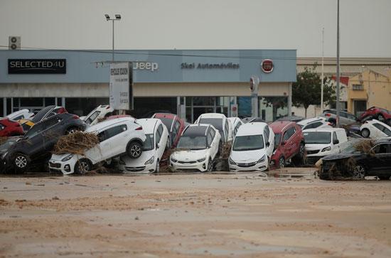 تضرر مئات السيارات