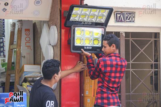 العمال في محلات بيع النجف