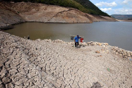 جانب من انحسار مستويات المياه