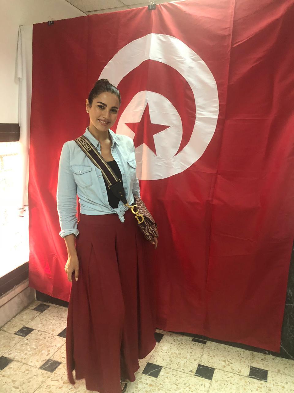 الفنانة درة أمام علم بلادها داخل مقر السفارة