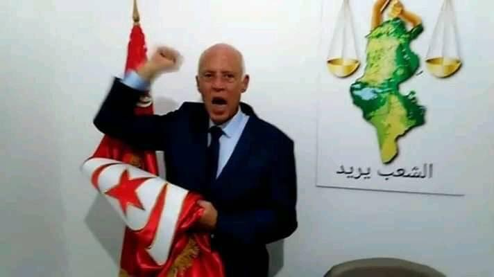 قيس سعيد مع العلم التونسى