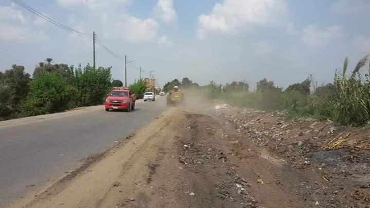 إزالة تلال القمامة بجانبي الطريق