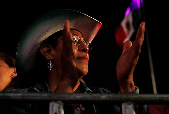 سيدة تحتفل بذكرى الاستقلال