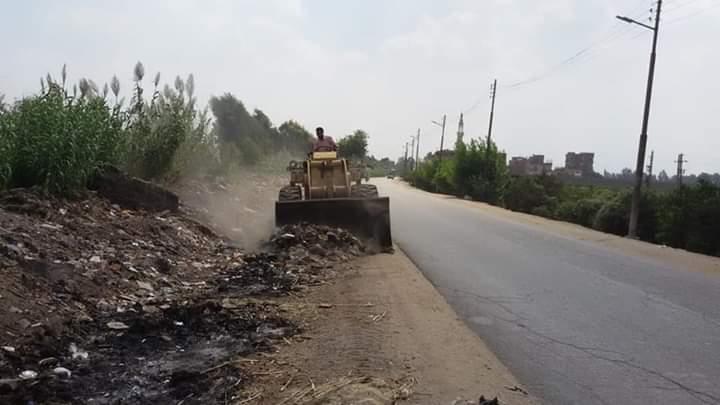 مجلس مدينة زفتي يشن حملة لرفع القمامة بطريق زفتي - بنها