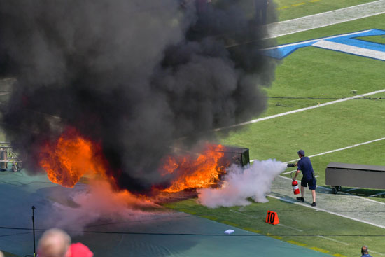 سحابة-كبيرة-من-الدخان-الأسود-داخل-الملعب
