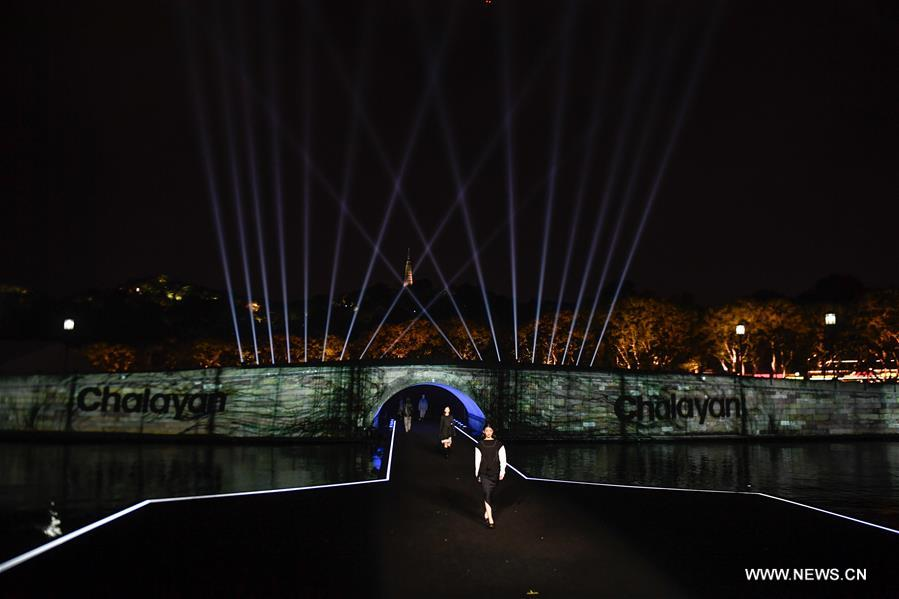محاولة لدعم السياحة الصينية بمعرض أزياء